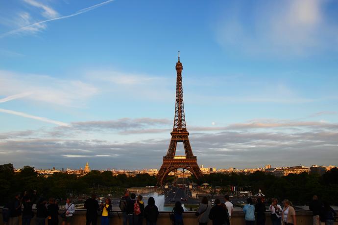 旅游真人秀節目《花兒與少年》:第二期節目中,參觀法國巴黎埃菲爾鐵塔