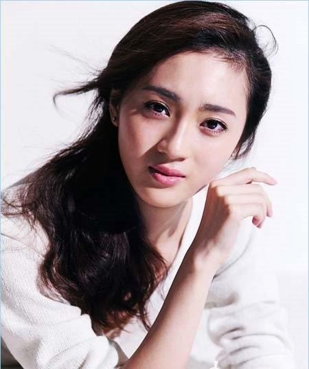 会变魔术,能歌善舞,同年在电视剧《傻儿传奇》中饰演赵紫桐